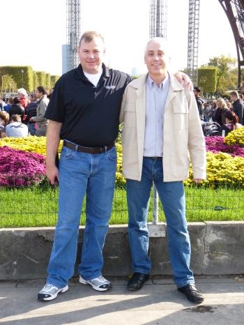 Kirk Sorensen et John Laurie devant la Tour Eiffel